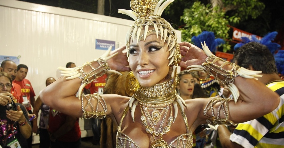 Sabrina Sato posa pouco antes de desfilar pela Vila Isabel como rainha da bateria (20/2/2012)