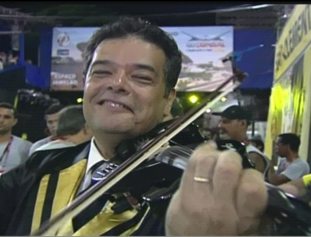 Violinista se prepara para desfile da So Clemente na Sapuca, no Rio (20/2/12)
