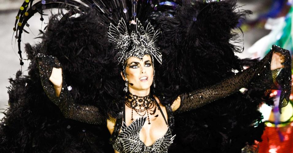A modelo Ana Hickmann desfila como destaque na Grande Rio (21/2/2012)