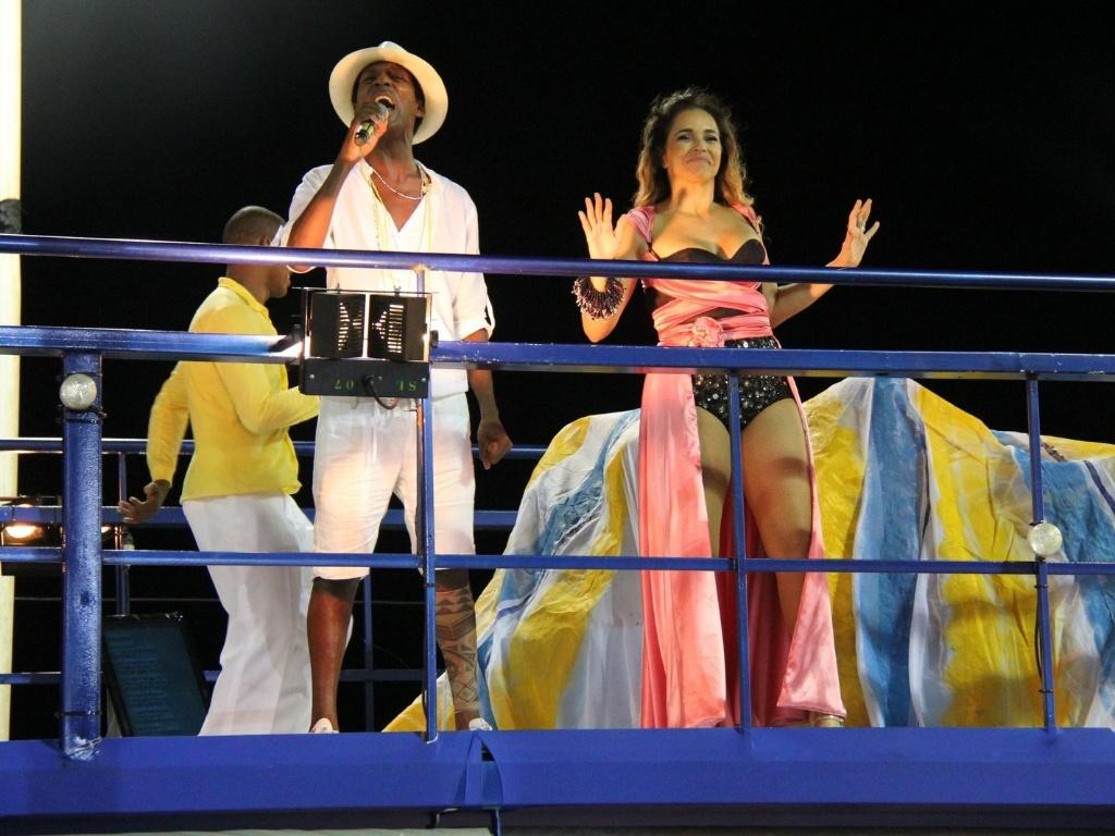 Acompanhada do ator Luís Miranda, Daniela Mercury faz última apresentação no Carnaval de 2012 para foliões do bloco Coruja, em Salvador (21/2/12)