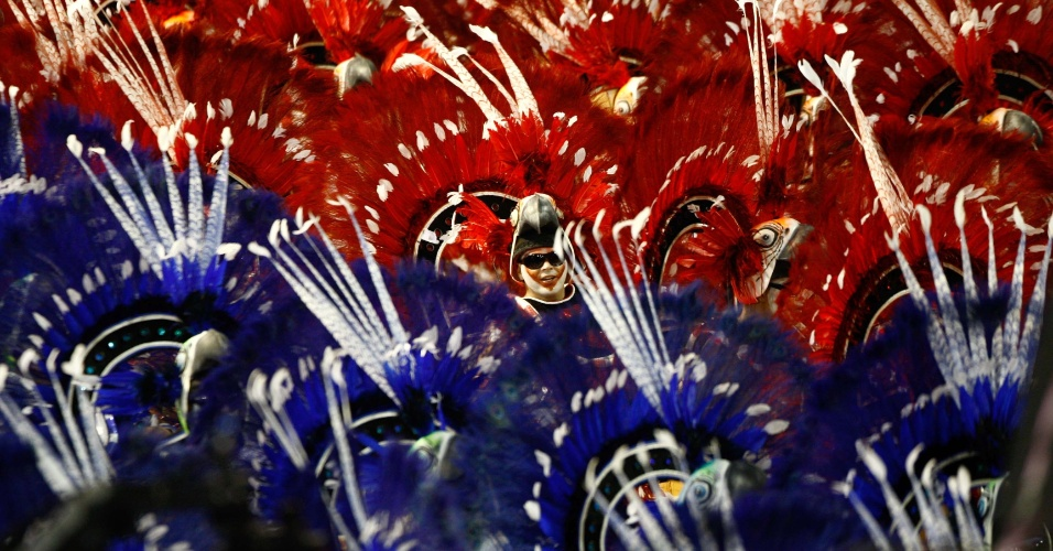 Ala da Grande Rio nas cores azul e vermelho; enredo da escola fala de superação (21/2/2012)
