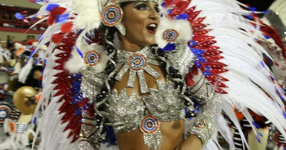 Bruna Bruno é rainha da escola há 8 anos. Ela explica que sua fantasia representa a índia Pocahontas (20/2/12)