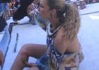 Claudia Leitte escorrega em trio elétrico e continua cantando com a perna enfaixada - AgNews