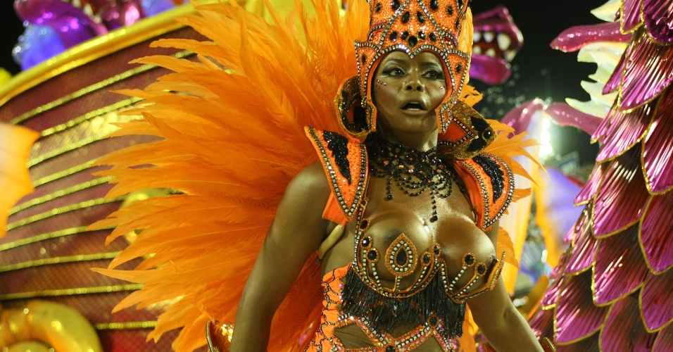 Adriana Bombom samba em desfile da Salgueiro na Sapucaí, no Rio (20/2/12)