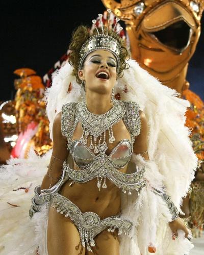 Sophie Charlotte desfile pela Salgueiro na Sapucaí, no Rio. A atriz gravou um episódio de