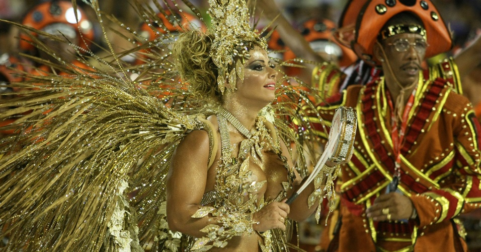 A rainha de bateria Viviane Ara&#250;jo samba em desfile da Salgueiro na Sapuca&#237;, no Rio (20/2/12)