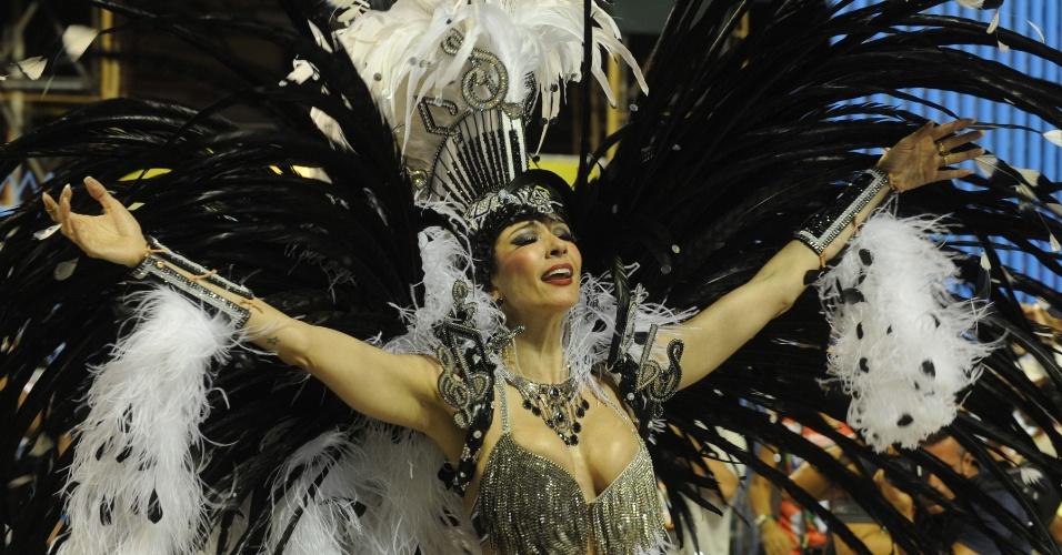 Luciana Gimenez é a madrinha da bateria da Grande Rio, que encerra os desfiles na Sapucaí (21/2/2012)