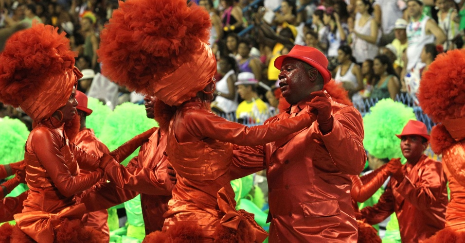 Membros da União da Ilha do Governador dançam no último dia de desfiles do Grupo Especial do Carnaval do Rio de Janeiro (20/2/12)