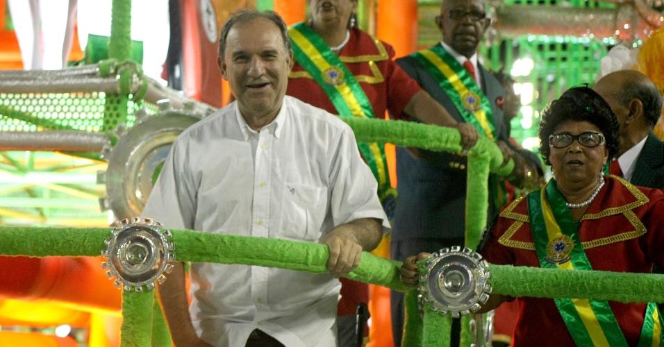 O comentarista esportivo Osmar Santos desfilou na Grande Rio como exemplo de superação (21/2/2012)