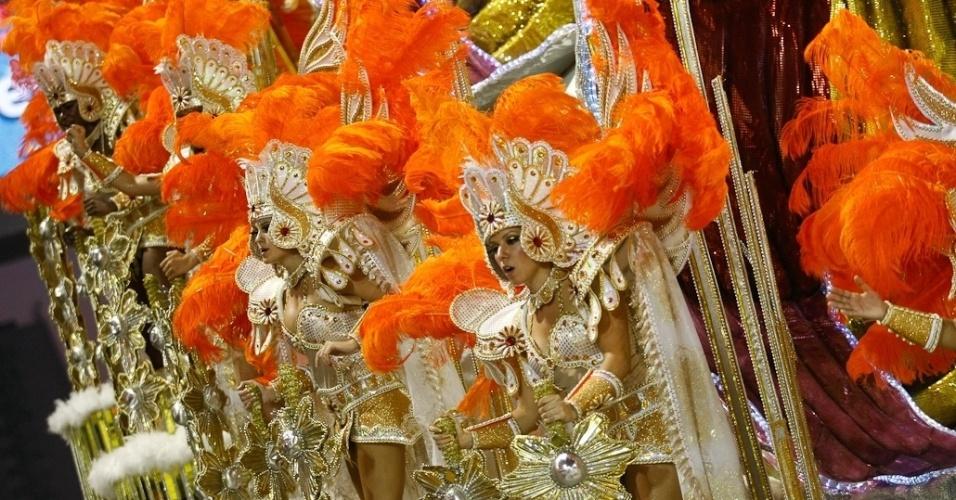 Última escola a desfilar na madrugada de domingo, a Tom Maior fechou o Carnaval paulistano mostrando seres celestiais enviados à Terra para levar a humanidade ao caminho da paz (19/2/12)