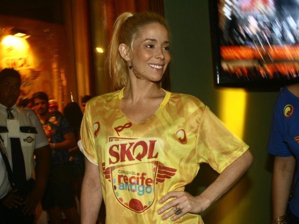 Danielle Winits sorri para fotógrafos em camarote em Recife (21/2/12)