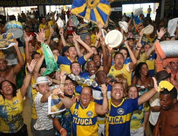Integrantes da Unidos da Tijuca comemoram o tricampeonato na quadra da escola