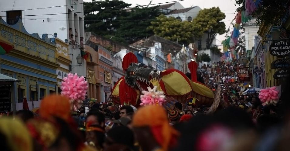 """Mais família, o bloco """"Eu Acho é Pouco"""" há 35 anos diverte os foliões nas ladeiras de Olinda em Pernambuco (21/2/12)"""