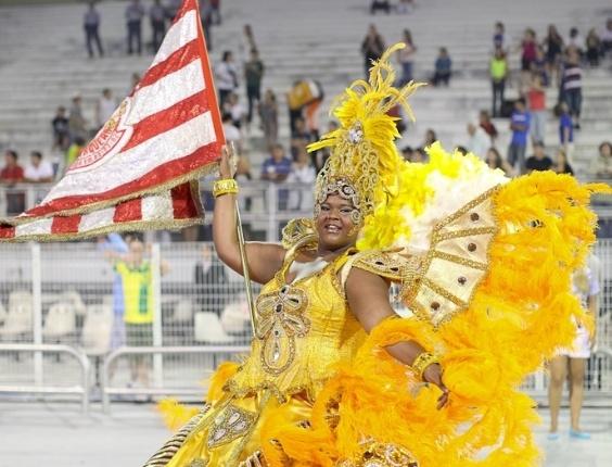 A porta-bandeira da Acadêmicos do Tatuapé durante o desfile das campeãs, no Anhembi, em São Paulo. A escola foi vice-campeã do grupo de acesso e no ano que vem desfila no grupo especial (24/2/12)
