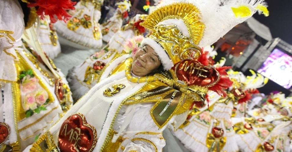 Ala das baianas da Acadêmicos do Tatuapé posam com troféu no desfile das campeãs, no Anhembi, em São Paulo. A escola foi vice-campeã do grupo de acesso e no ano que vem desfila no grupo especial (24/2/12)