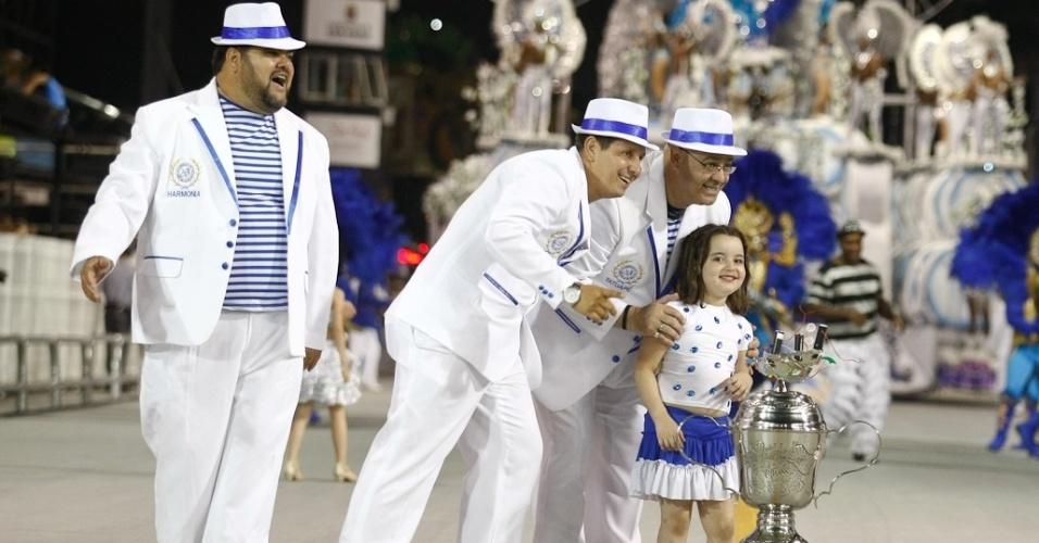 Integrantes da Acadêmicos do Tatuapé posam com troféu no desfile das campeãs, no Anhembi, em São Paulo. A escola foi vice-campeã do grupo de acesso e no ano que vem desfila no grupo especial (24/2/12)