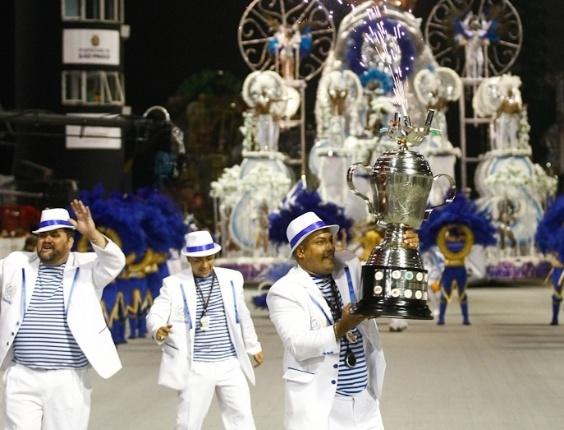 Integrantes da Acadêmicos do Tatuapé seguram troféu no desfile das campeãs, no Anhembi, em São Paulo. A escola foi vice-campeã do grupo de acesso e no ano que vem desfila no grupo especial (24/2/12)