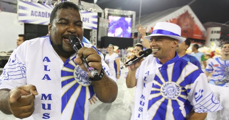 Os cantores da Acadêmicos do Tatuapé durante o desfile das campeãs, no Anhembi, em São Paulo. A escola foi vice-campeã do grupo de acesso e no ano que vem desfila no grupo especial (24/2/12)