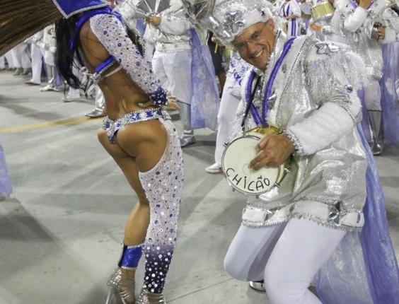 Passista da Acadêmicos do Tatuapé samba ao lado de ritmista da bateria durante o desfile das campeãs, no Anhembi, em São Paulo. A escola foi vice-campeã do grupo de acesso e no ano que vem desfila no grupo especial (24/2/12)