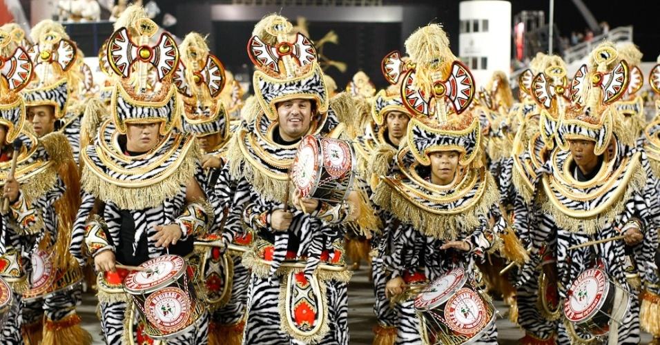 A bateria da Mocidade Alegre executa samba-enredo em homenagem a Jorge Amado durante desfile das campeãs em SP (25/2/2012)