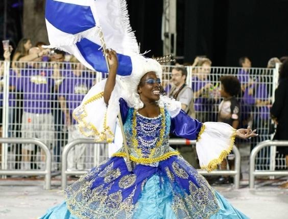 A porta-bandeira da Nenê de Vila Matilde no desfile das campeãs, no Anhembi, em São Paulo. A escola foi campeã do grupo de acesso e no ano que vem desfila no grupo especial (24/2/12)