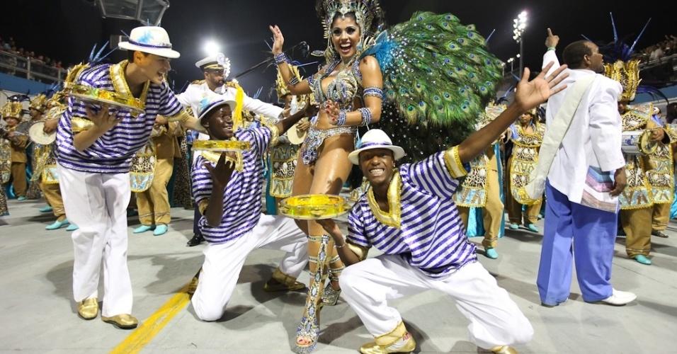 A rainha Débora Caetano samba com a bateria da Nenê de Vila Matilde no desfile das campeãs, no Anhembi, em São Paulo. A escola foi campeã do grupo de acesso e no ano que vem desfila no grupo especial (24/2/12)