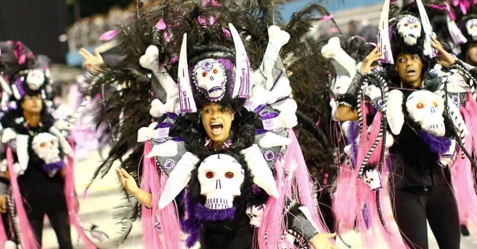 Ala da Vai-Vai, cujo samba-enredo homenageia as mulheres durante desfile das campeãs de SP (25/2/12)