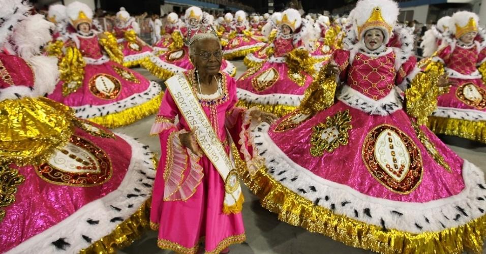 Ala das baianas da Rosas de Ouro, cujo samba-enredo faz homenagem à Hungria durante desfile das campeãs de SP (25/2/2012)