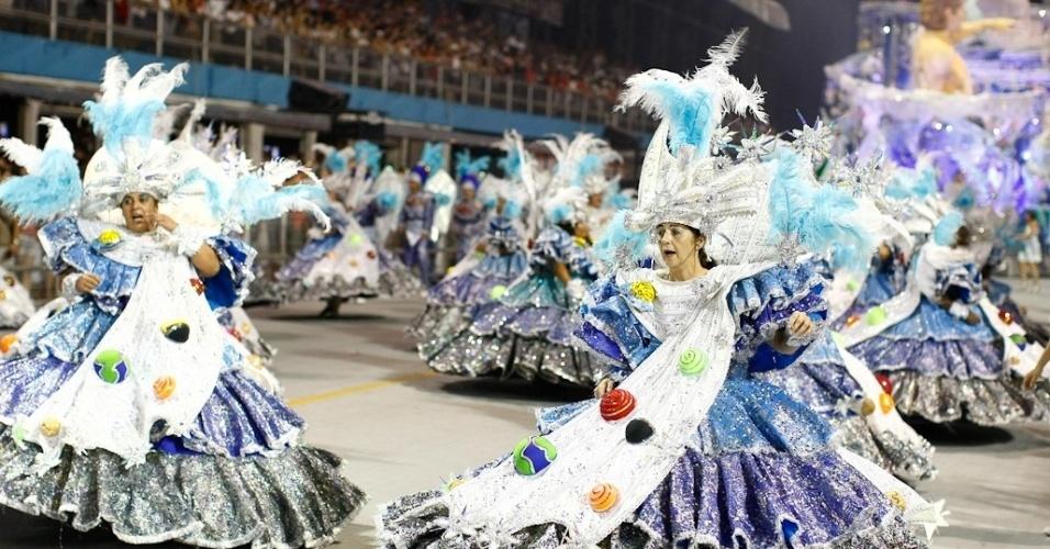 Ala das baianas da Vila Maria, cujo enredo homenageia os artesãos (25/2/2012)