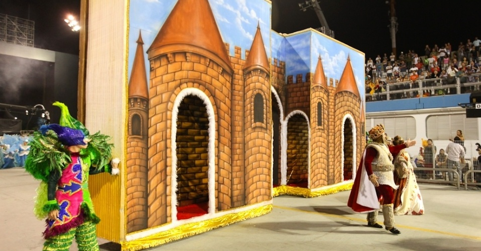 Alegoria da comissão de frente da Rosas de Ouro em forma de livro infantil durante desfile das campeãs de SP (25/2/2012)