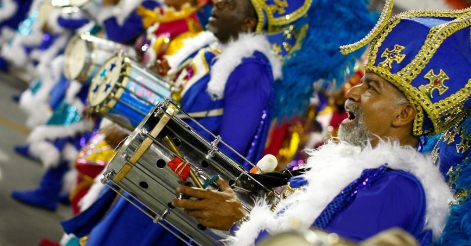 Bateria da Rosas de Ouro executa samba-enredo em homenagem à Hungria durante desfile das campeãs de SP (25/2/2012)