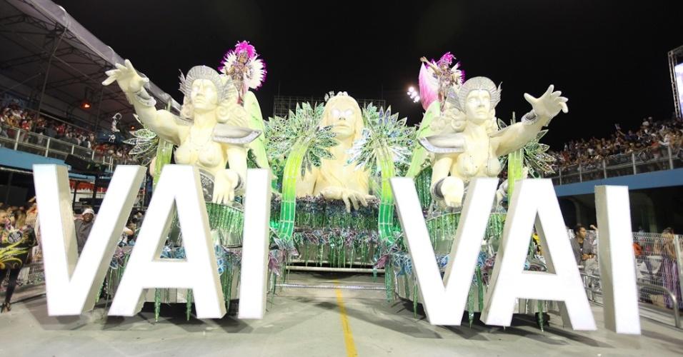 Carro abre-alas da Vai-Vai, escola que homenageou as mulheres no desfile das campeãs em São Paulo (25/2/2012)