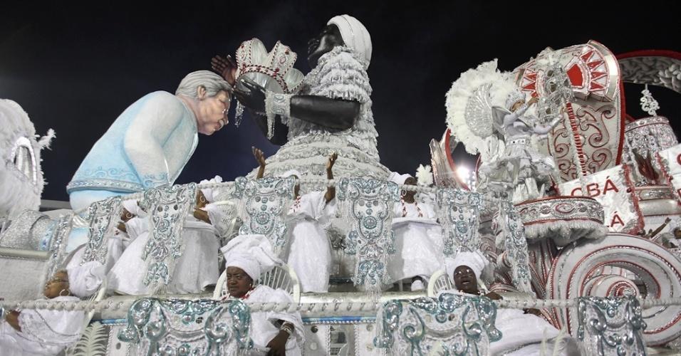 Carro alegórico da Mocidade Alegre com estátua de Jorge Amado; escritor foi enredo que deu campeonato à escola (25/2/2012)