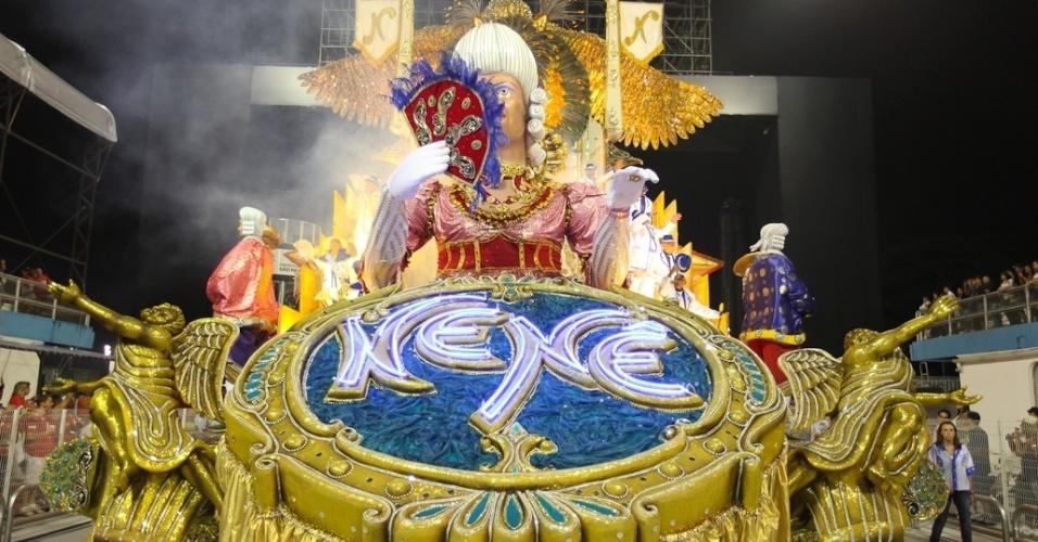 Carro alegórico da Nenê de Vila Matilde no desfile das campeãs, no Anhembi, em São Paulo. A escola foi campeã do grupo de acesso e no ano que vem desfila no grupo especial (24/2/12)