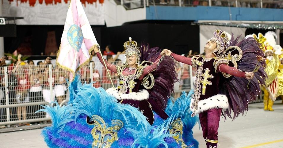 Casal de mestre-sala e porta-bandeira da Rosas de Ouro durante desfile das campeãs de SP (25/2/2012)