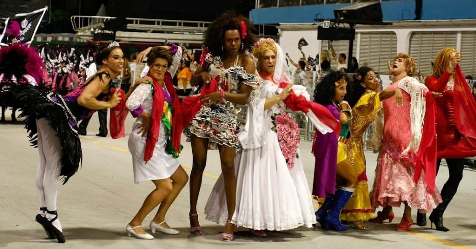 """Com o nome de """"Cor de rosa choque, não provoque"""", a comissão de frente da Vai-Vai fazia alusão à música da Rita Lee em desfile das campeãs de SP (25/2/12)"""