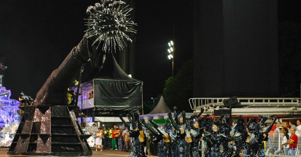 Comissão de frente da Unidos de Vila Maria representa Deus criando o homem em desfile das campeãs no Anhembi em São Paulo (25/2/12