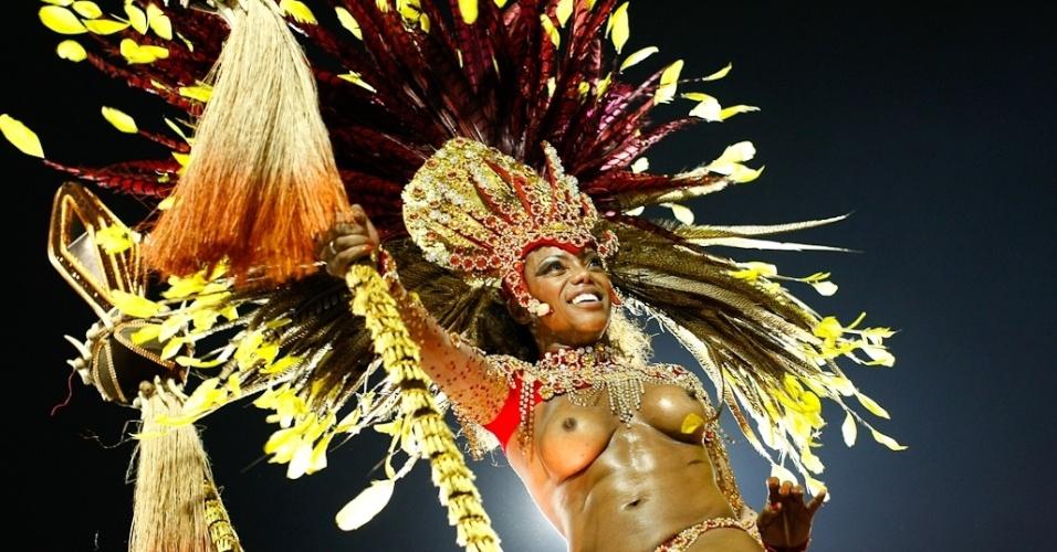 Destaque da Mocidade Alegre exibe seios durante desfile das campeãs em SP (25/2/2012)