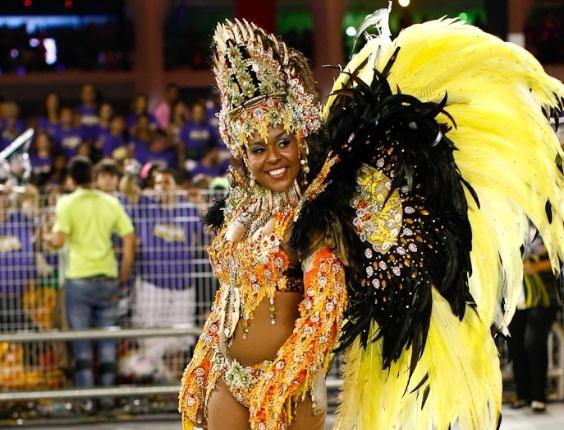 Destaque de chão da Vai-Vai, cujo samba-enredo homenageia as mulheres durante desfile das campeãs de SP (25/2/12)