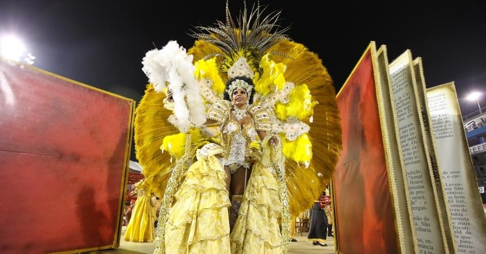Destaque em carro alegórico da Mocidade Alegre, que se apresentou durante desfile das campeãs em SP (25/2/2012)