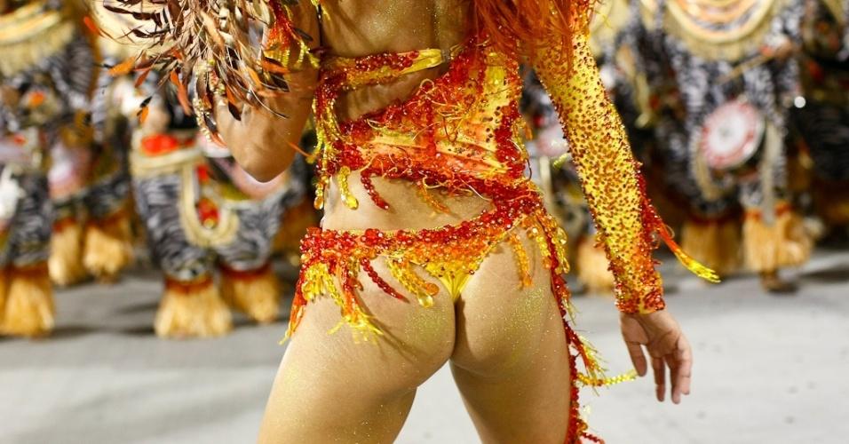 Detalhe da fantasia da rainha bateria da Mocidade Alegre, Aline Oliveira, durante desfile das campeãs em SP (25/2/2012)