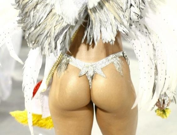 Detalhe de fantasia da passista da Mocidade Alegre que exibia faixa de campeã do Carnaval 2012 durante desfile das campeãs em SP (25/2/2012)