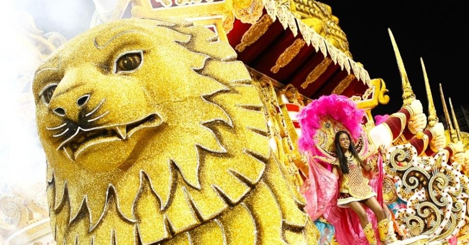 Detalhes de carro alegórico da Rosas de Ouro durante desfile das campeãs de SP (25/2/2012)