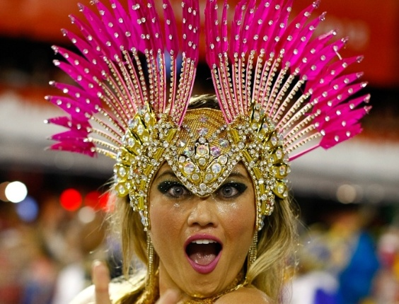 Ellen Roche, rainha da bateria da Rosas de Ouro, apareceu com fantasia diferente durante desfile das campeãs de SP (25/2/2012)