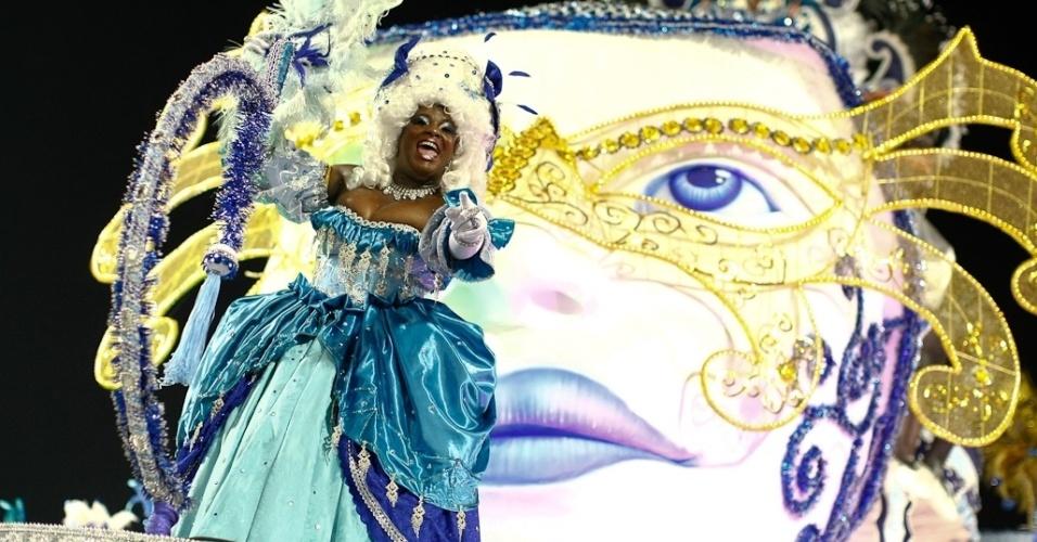 Integrante da Nenê de Vila Matilde dança em carro alegórico no desfile das campeãs, no Anhembi, em São Paulo. A escola foi campeã do grupo de acesso e no ano que vem desfila no grupo especial (24/2/12)