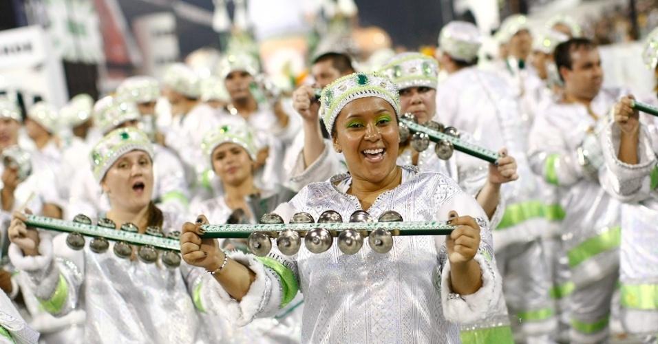 Integrantes da bateria da Mancha Verde, que desfilou com as campeãs de São Paulo (25/2/2012)