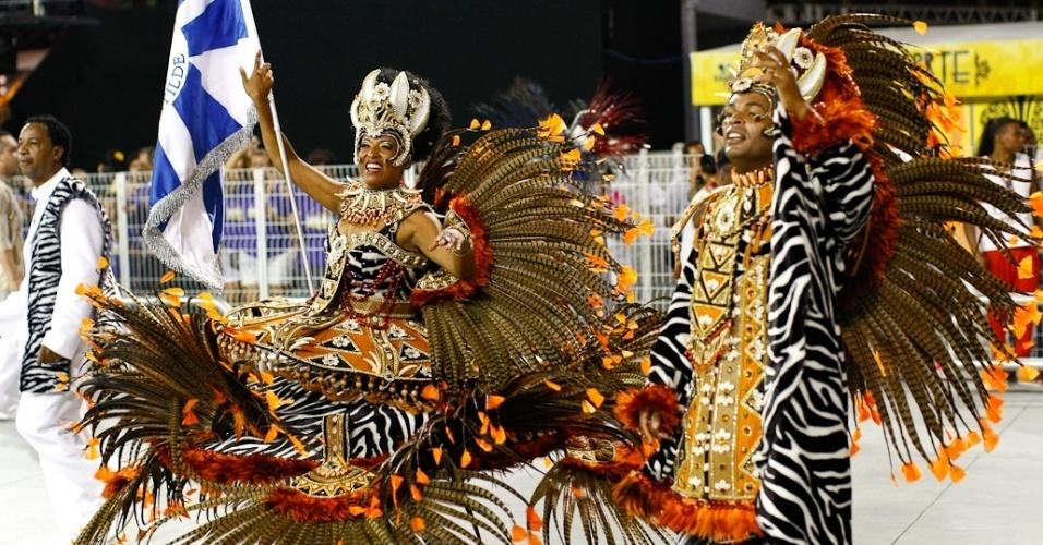 Mestre-sala e porta-bandeira da Nenê de Vila Matilde no desfile das campeãs, no Anhembi, em São Paulo. A escola foi campeã do grupo de acesso e no ano que vem desfila no grupo especial (24/2/12)