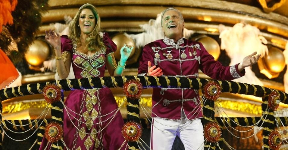 O casal Ticiane Pinheiro e Roberto Justus, um dos homenageados pela Rosas de Ouro durante desfile das campeãs de SP (25/2/2012)