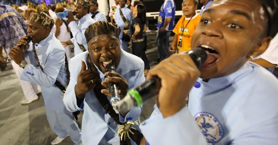 Os cantores da Nenê de Vila Matilde no desfile das campeãs, no Anhembi, em São Paulo. A escola foi campeã do grupo de acesso e no ano que vem desfila no grupo especial (24/2/12)