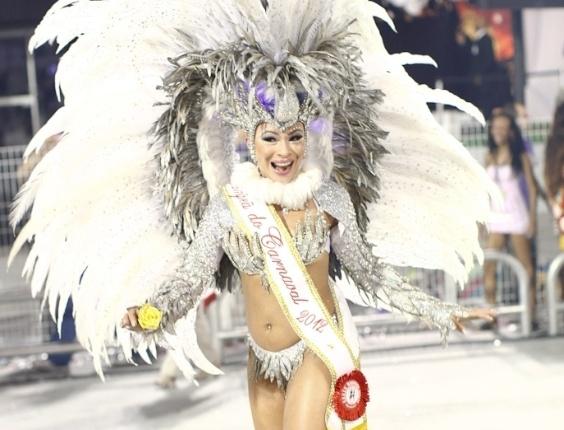 Passista da Mocidade Alegre exibe faixa de campeã do Carnaval 2012 durante desfile das campeãs em SP (25/2/2012)